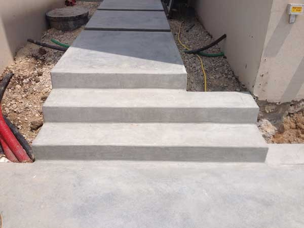 בטון מוחלק שביל גישה ומדרגות. וילה מזכרת בתיה
