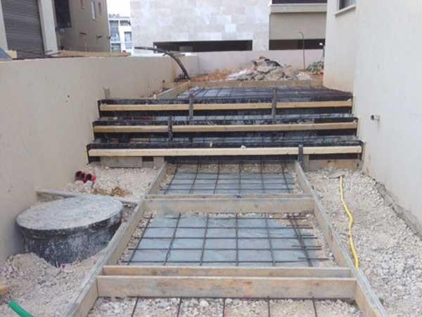 הכנות ליציקת בטון מוחלק שביל כניסה , מדרגות ומשטח כניסה . וילה מזכרת בתיה 4