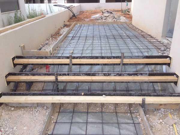 הכנות ליציקת בטון מוחלק שביל כניסה , מדרגות ומשטח כניסה . וילה מזכרת בתיה 6