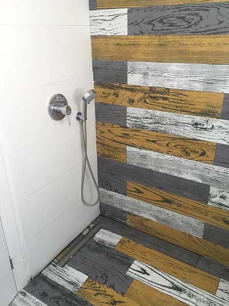 קבלן שיפוצים לחדר אמבטיה - חיפוי גרניט פורצלן שילוב אריח לבן ואריחי פרקט