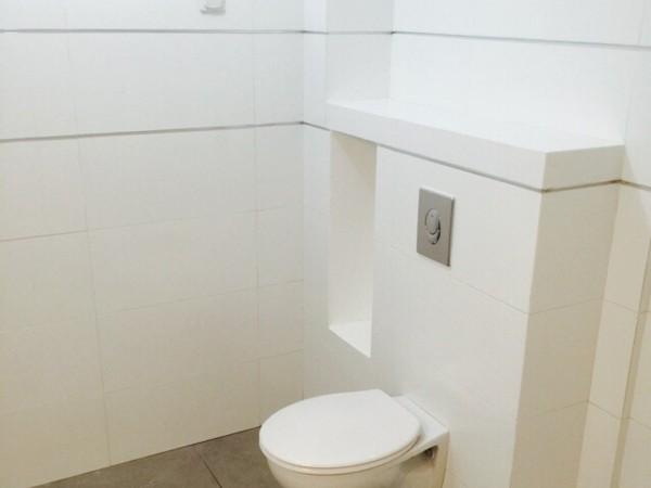 חיפוי קרמיקה מקלחת קווים נקיים לבן ופס ניקל ניתוק 4