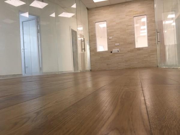 עבודות עץ פרקט עץ חדר ישיבות משרד עוד