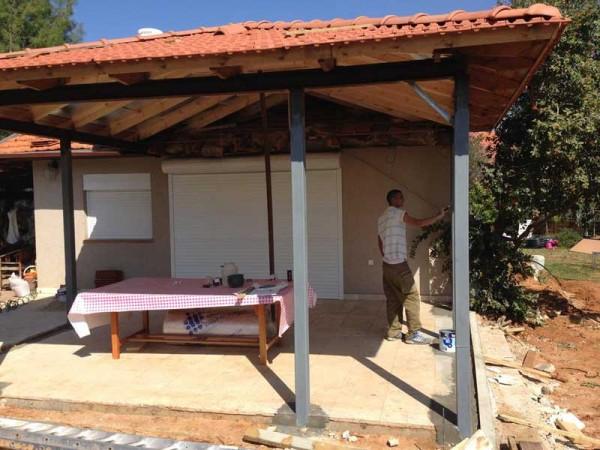 פרגולת פלדה וחיפוי גג עץ עם רעפים 3