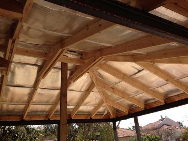 פרגולת פלדה וחיפוי גג עץ עם רעפים