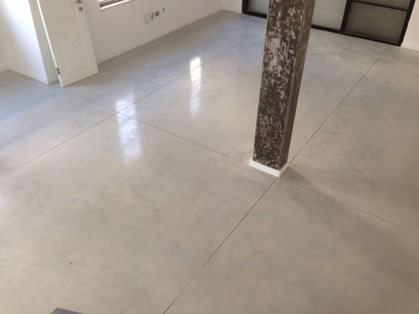 רצפת בטון מוחלק סלון וילה מזכרת בתיה 2