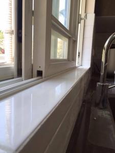 חיפוי קירות מקלחון גרנית שחור מלוכלך ושילוב אריח מובלט